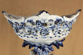 """Арт-студия """"Кентавр"""" - Старинная фарфоровая ваза, украшенная бело-синей росписью №013387"""
