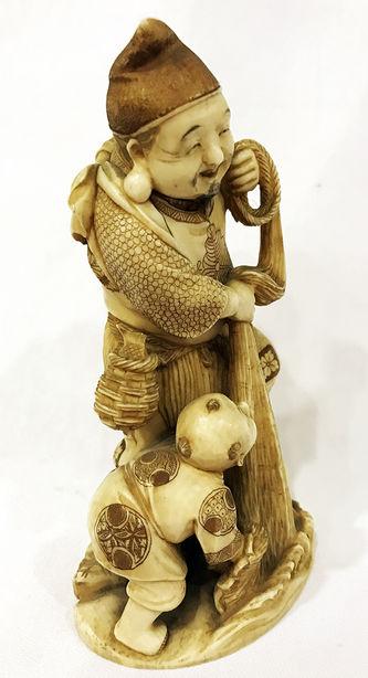 """Арт-студия """"Кентавр"""" - Окимоно """"Эбису — покровитель рыболовов и торговцев, бог удачи и трудолюбия, а также хранитель здоровья маленьких детей  с малышом Карако ловят рыбу""""  №013833"""